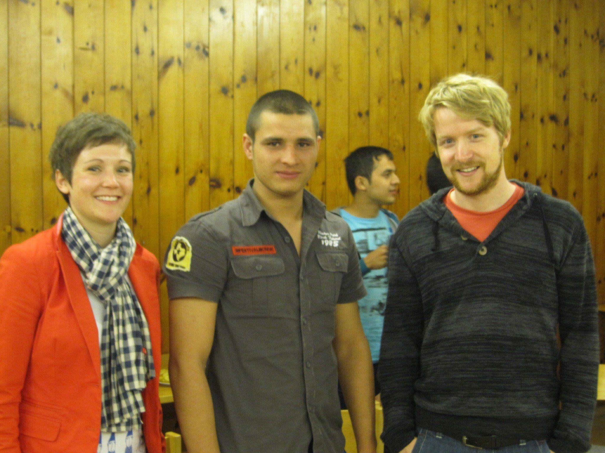 Die Projektsverantwortlichen MMag.a. Eva-Maria Hochhauser (li) und Michael Gams (re) mit einem Workshopteilnehmer.