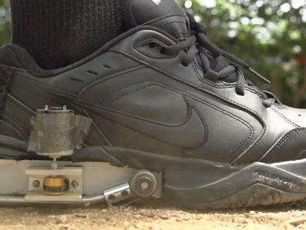 Der Schuh erzeugt 400 Milliwatt Strom.