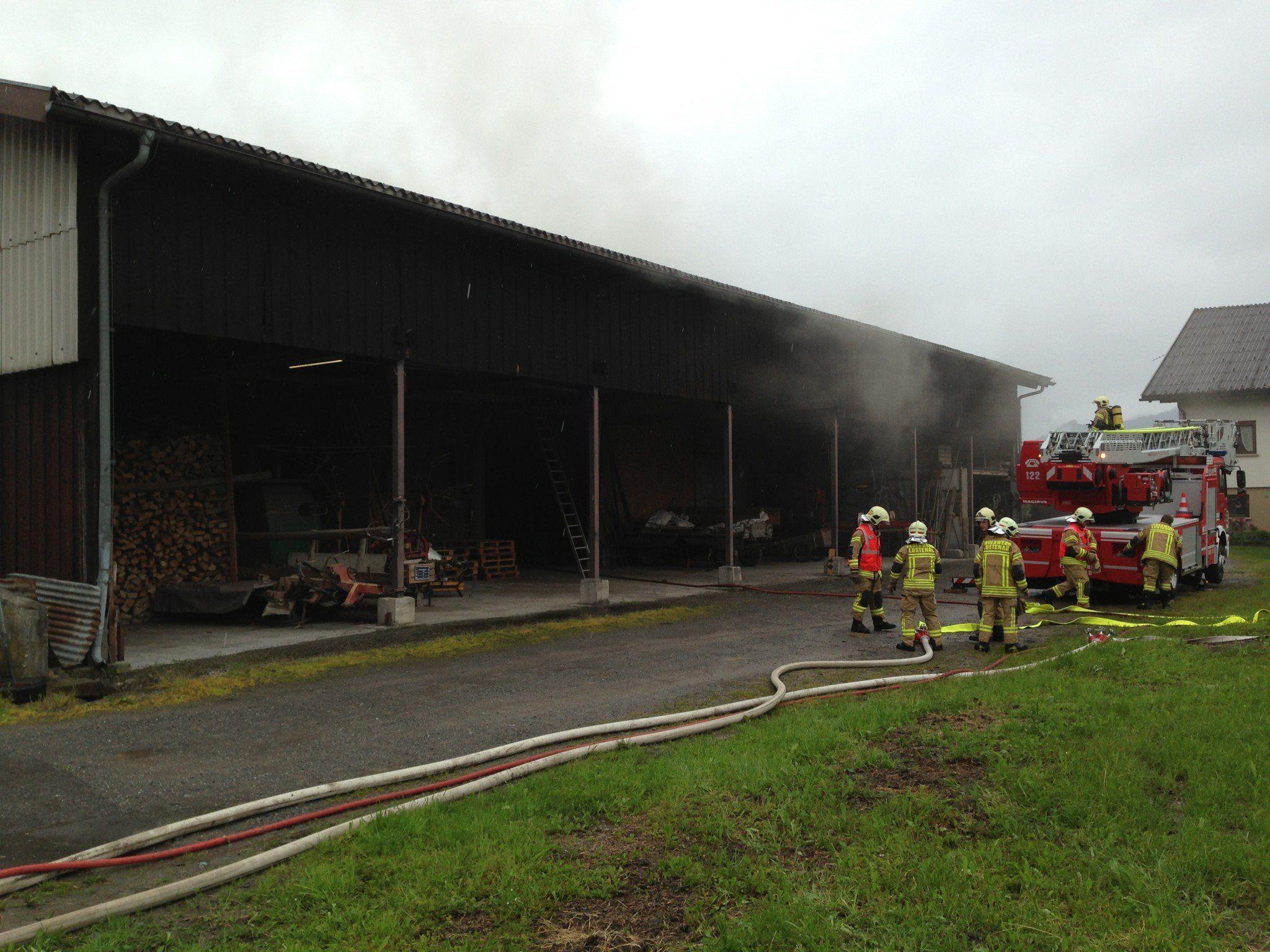 Die Feuerwehr muss in das stark verrauchte Gebäude vordringen um die Ursache für den Rauch festzustellen.