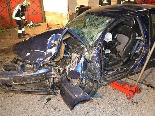 Das schwer demolierte Fahrzeug nach dem Unfall in Ternitz Mahrersdorf