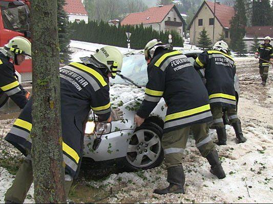 Hagel bedeckte weite Teile des Bezirks Neunkirchen und forderte die Feuerwehr