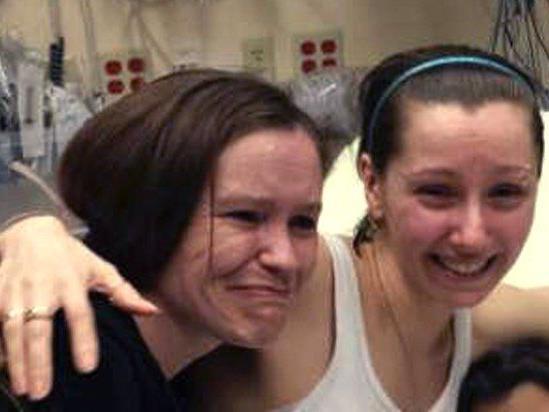 Amanda Berry (rechts), beim Wiedersehen mit ihrer Schwester Beth Serrano im Krankenhaus.