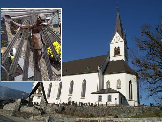 Eine etwa 30 Zentimeter große Christusfigur wurde von einem Grabkreuz entfernt.