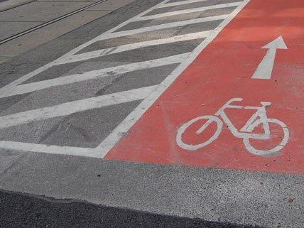 bislang gibt es nur rote Markierungen auf Radwegen, bald vielleicht auch grüne.