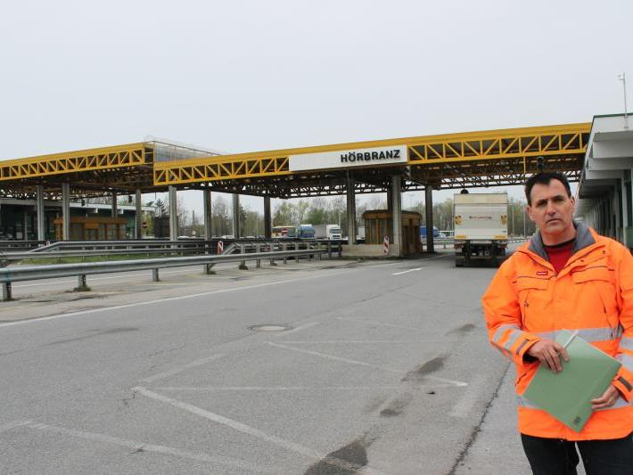 Vor dem Hintergrund des Flugdachs erläuterte Projektleiter Köttler Ende April die Baumaßnahmen.