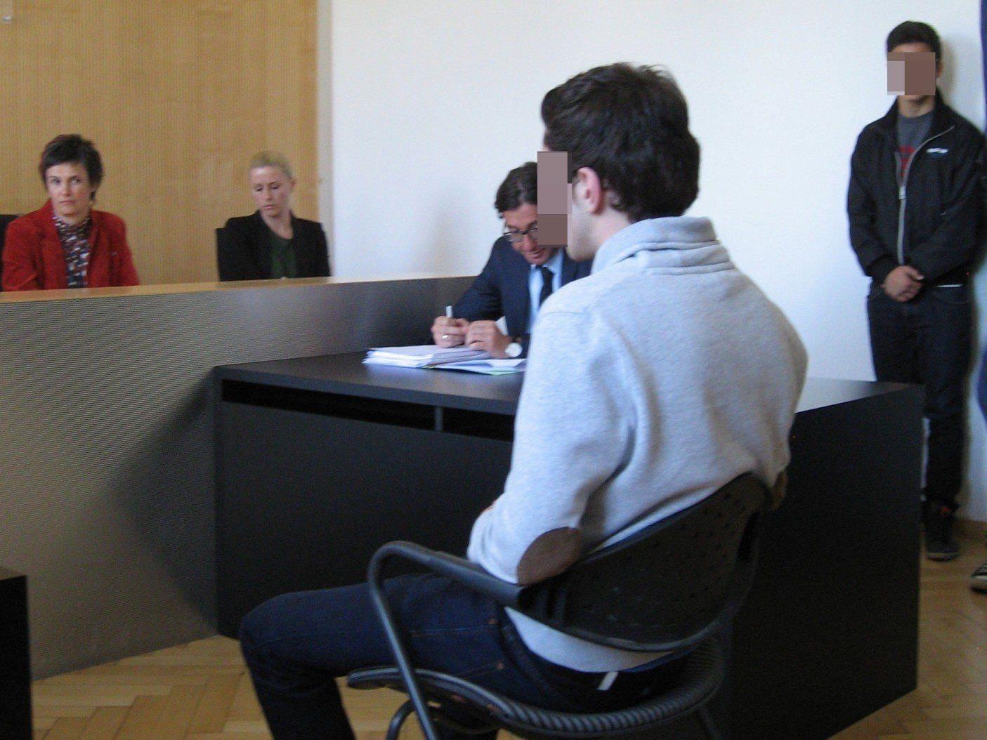 Lustenauer Eni-Tankstelle im März 2013 zwei Mal überfallen - Unbedingte Haft für 16-Jährigen.