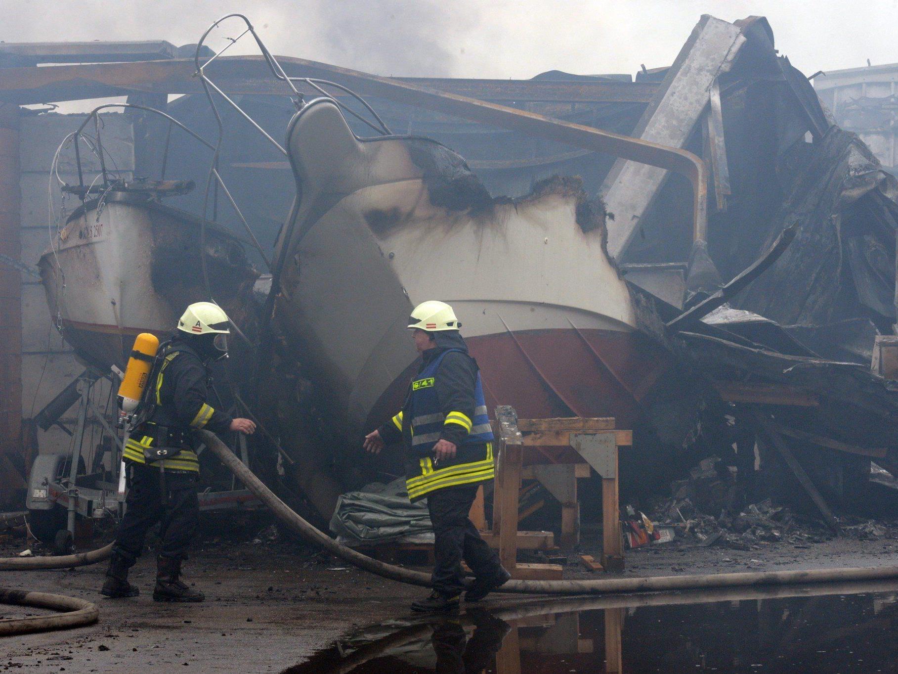 Mehrere Lagerhallen wurden in Konstanz Raub der Flammen.