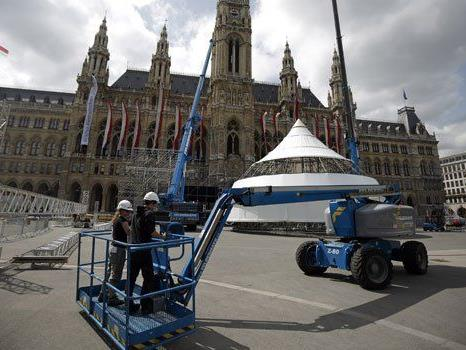 Bei Auf- und Abbau auf dem Rathausplatz muss jeder Handgriff sitzen.