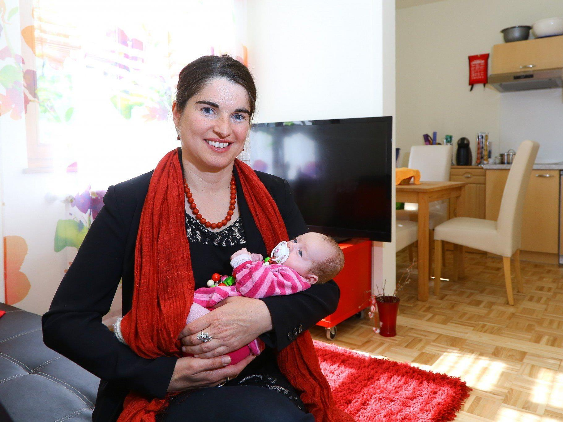 MUKI-Leiterin Regina Nopp mit der kleinen Miriam in einer der Startwohnungen.