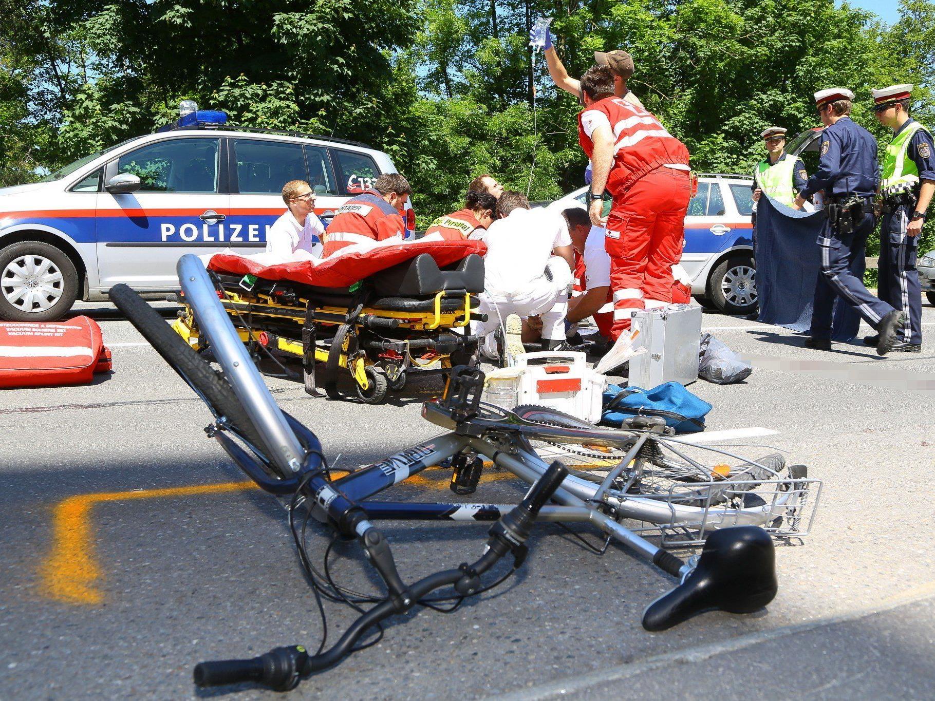 Der Fahrradfahrer wurde bei dem Unfall mehrere Meter weit geschleudert.