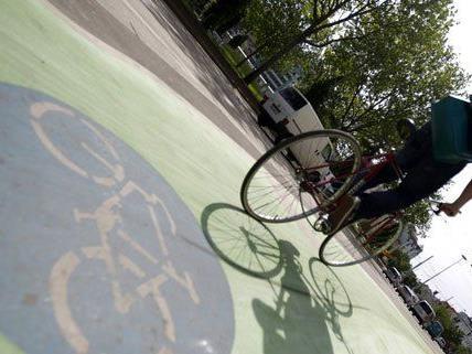 Vor dem Westbahnhof gibt es jetzt grüne Radwege - ein Test, heißt es.