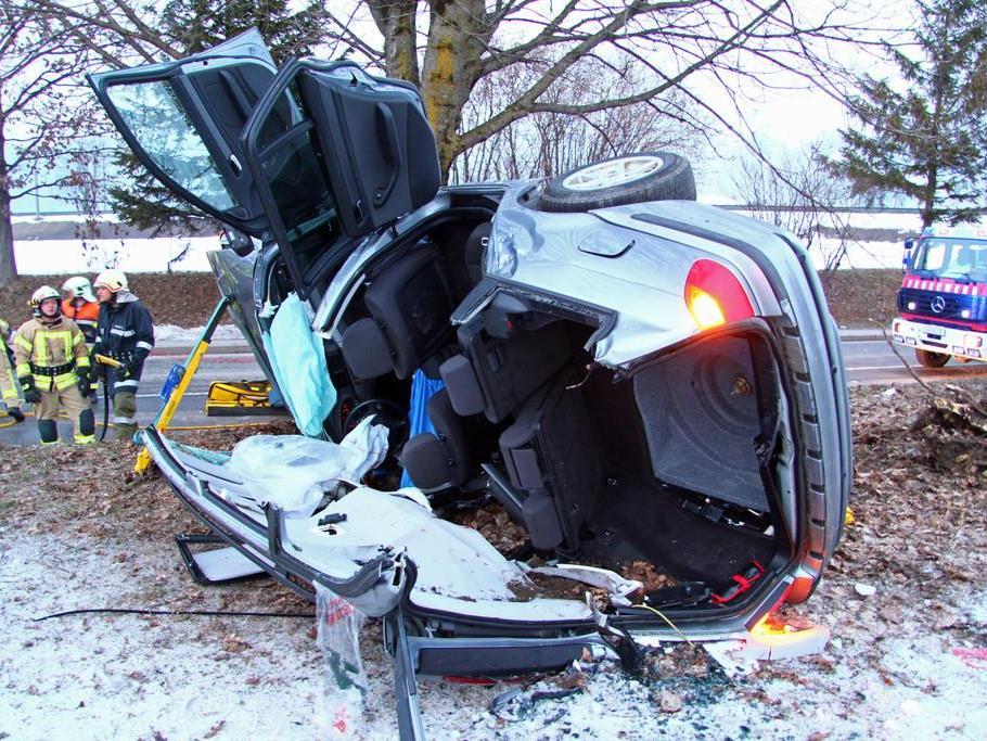 Mitfahrer konnte von den Rettungskräften nur mehr tot aus dem Unfallauto geborgen werden.