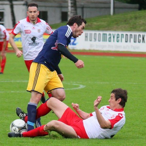 Dornbirn-Verteidiger Patrick Pircher liegt am Boden, Liefering-Kicker obenauf.