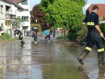 Nach den heftigen Gewittern in Niederösterreich beseitigte die Feuerwehr den Schlamm.