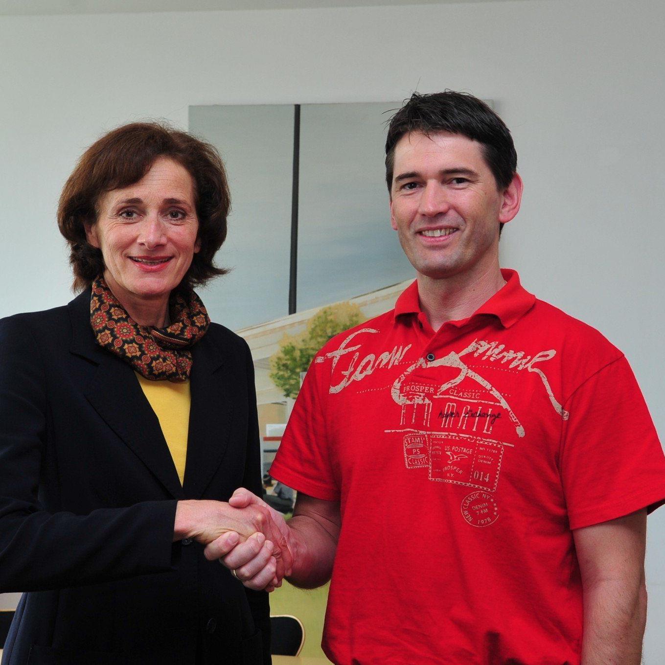 Sportlandesrätin Bernadette Mennel gratulierte dem frisch gebackenen Schießsport-Landestrainer Wolfram Waibel