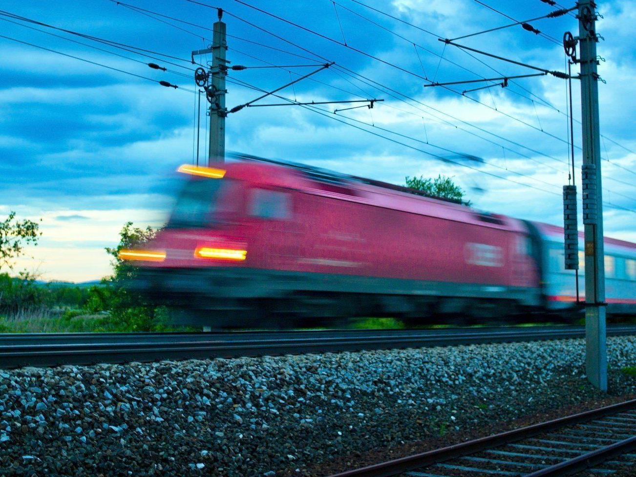 Ein 43-jähriger Mann wurde am Innsbrucker Hauptbahnhof von einem Zug erfasst.