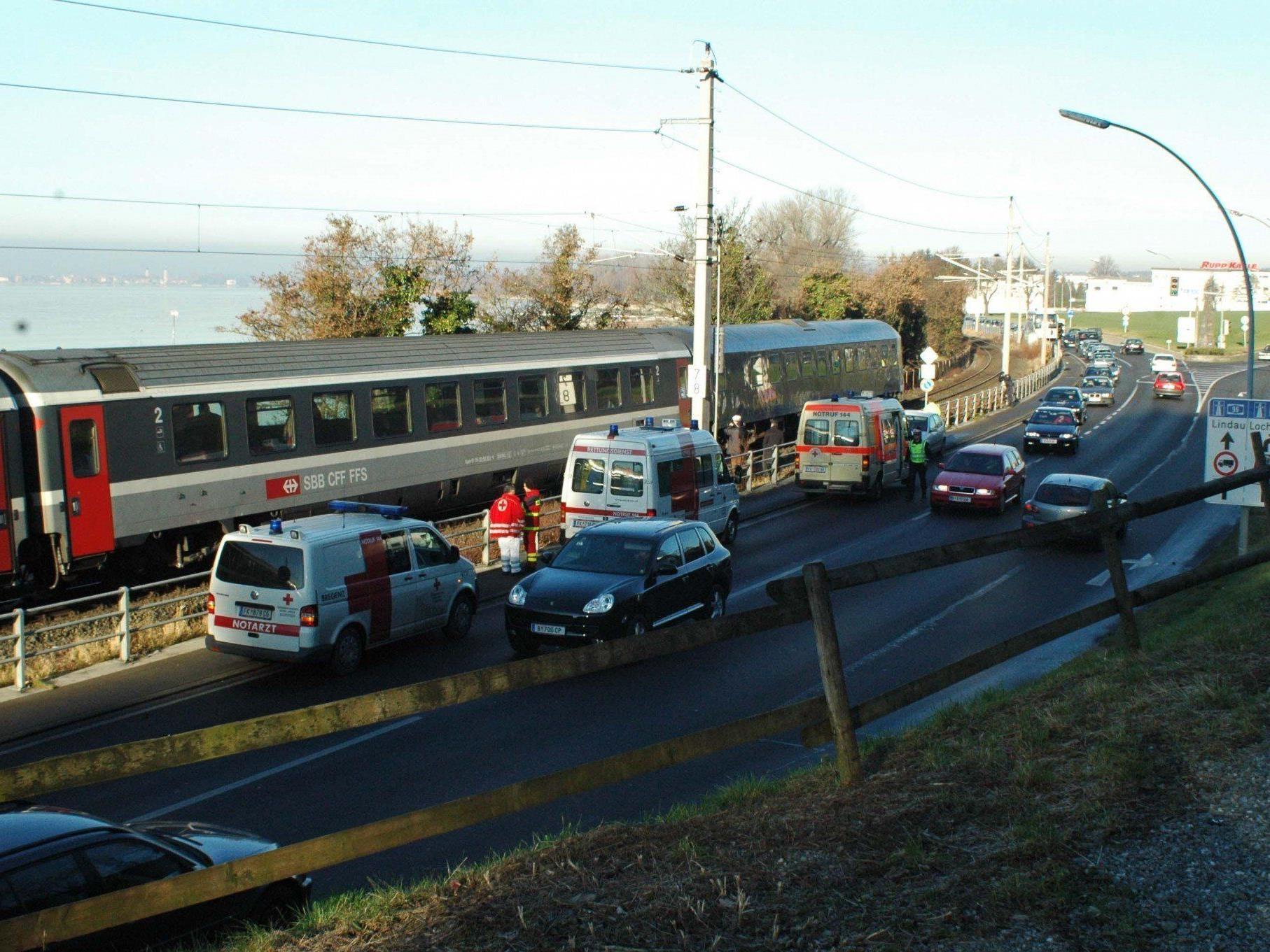 Beim dem Zugunglück im Dezember 2006 wurden eine Polizistin, ein Polizist und ein Bestatter getötet.