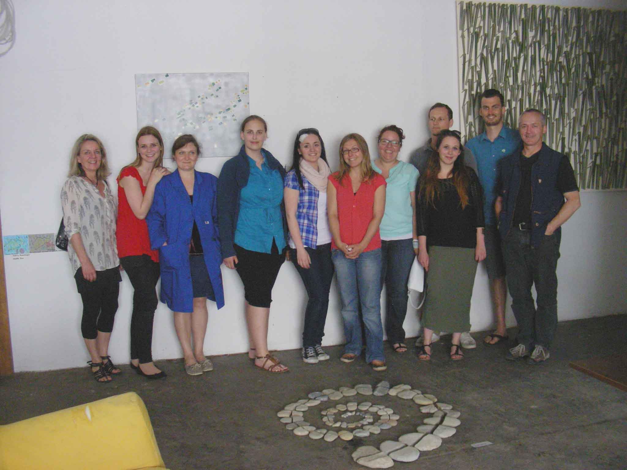 Edith Hofer (links), Professorin an der PH und Georg Vith (rechts) mit ihrem kreativen Team in Doren.