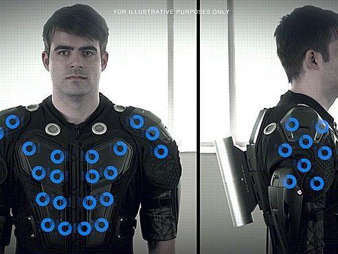 Der Anzug simuliert Spiel-Einflüsse auf den Körper des Spielers.