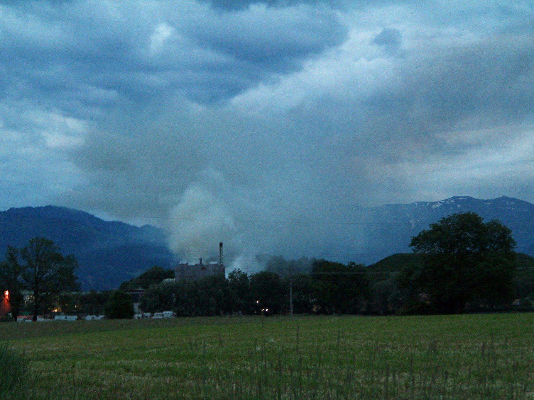 Lustenau: Müll bei Firma Häusle in Brand geraten.