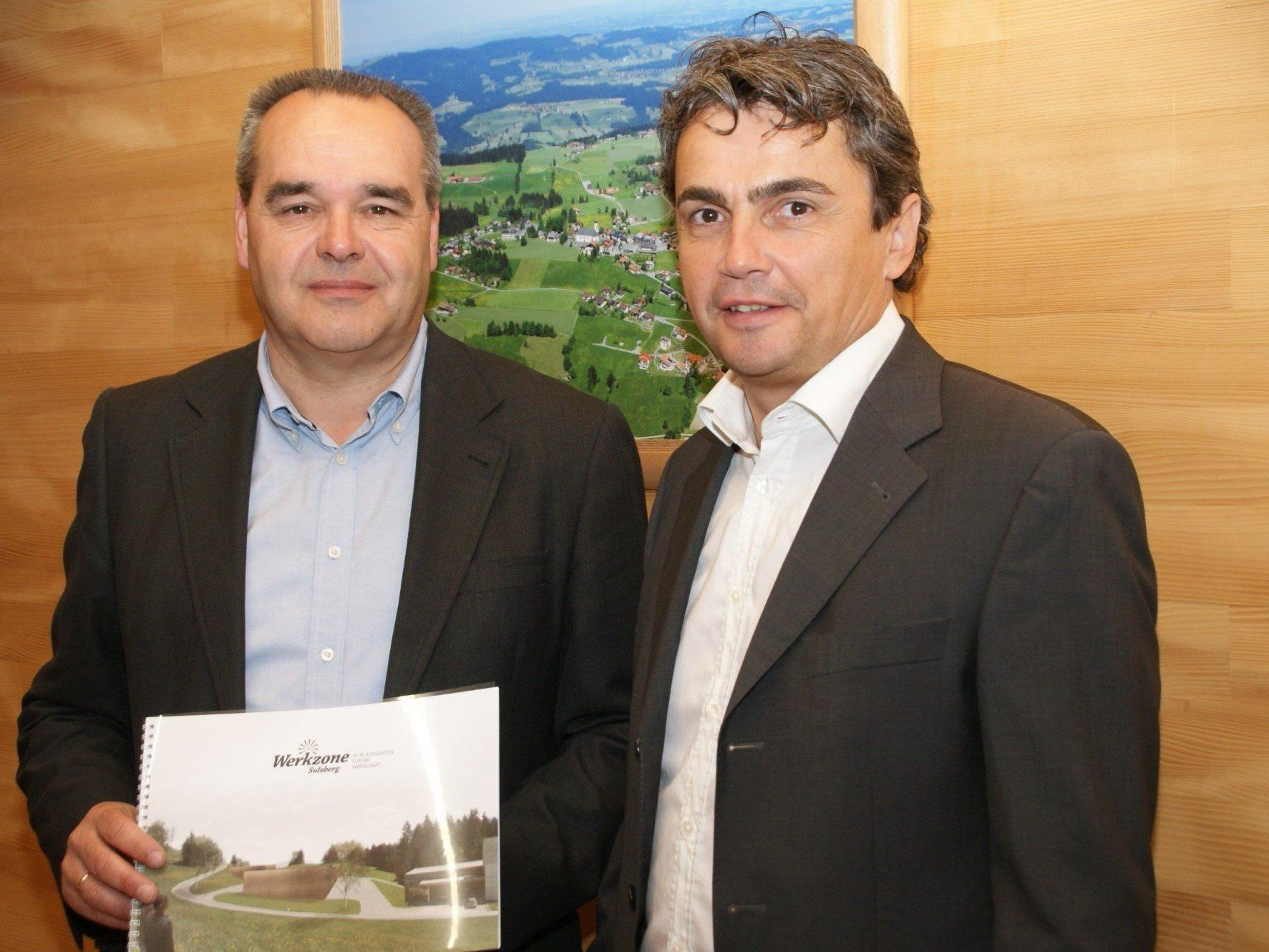 Bürgermeister Helmut blank und Mag. Marco Fehr präsentieren das neue Projekt