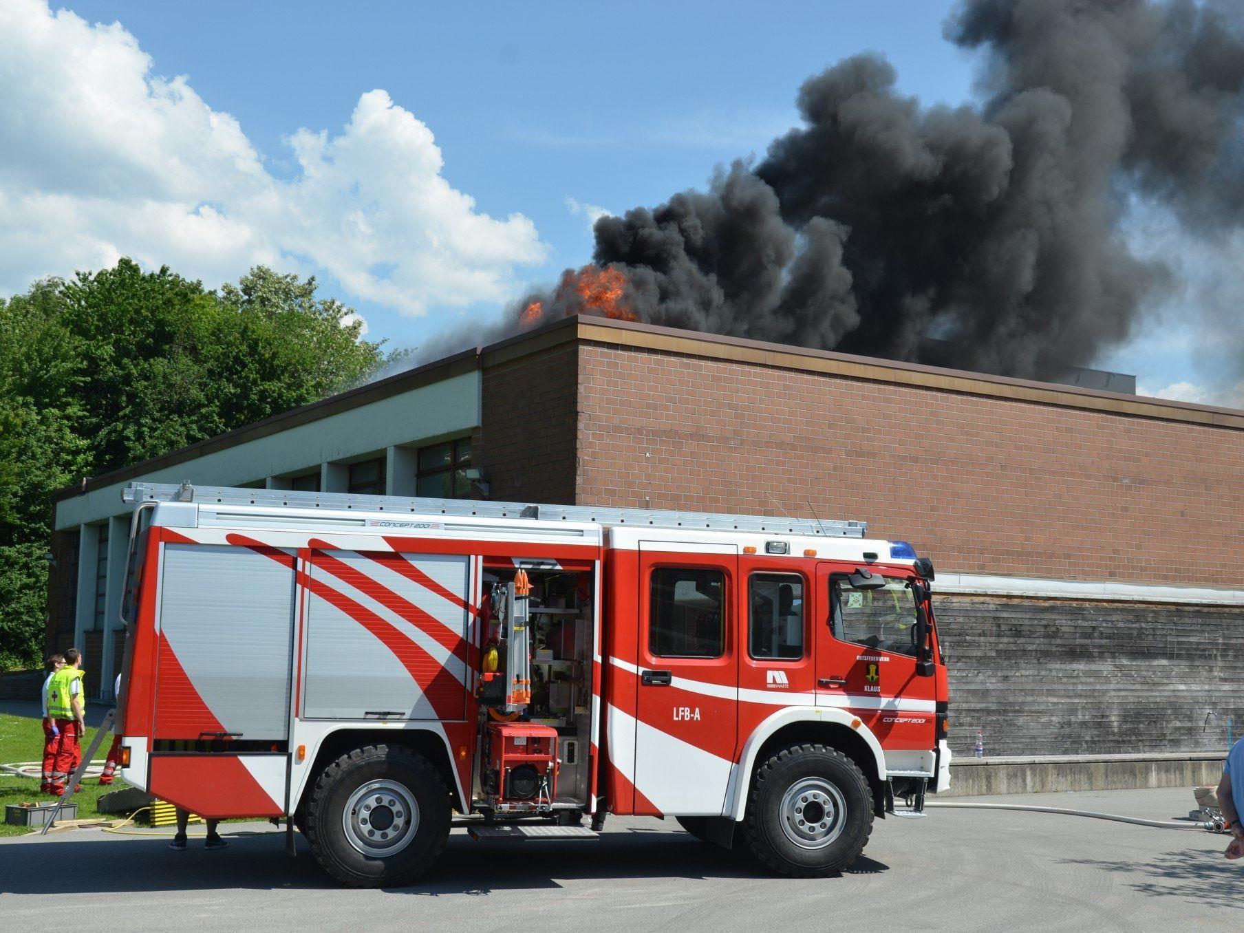 Die Vorderländer Feuerwehren hatten bei der Übung in Klaus alle Hände voll zu tun.