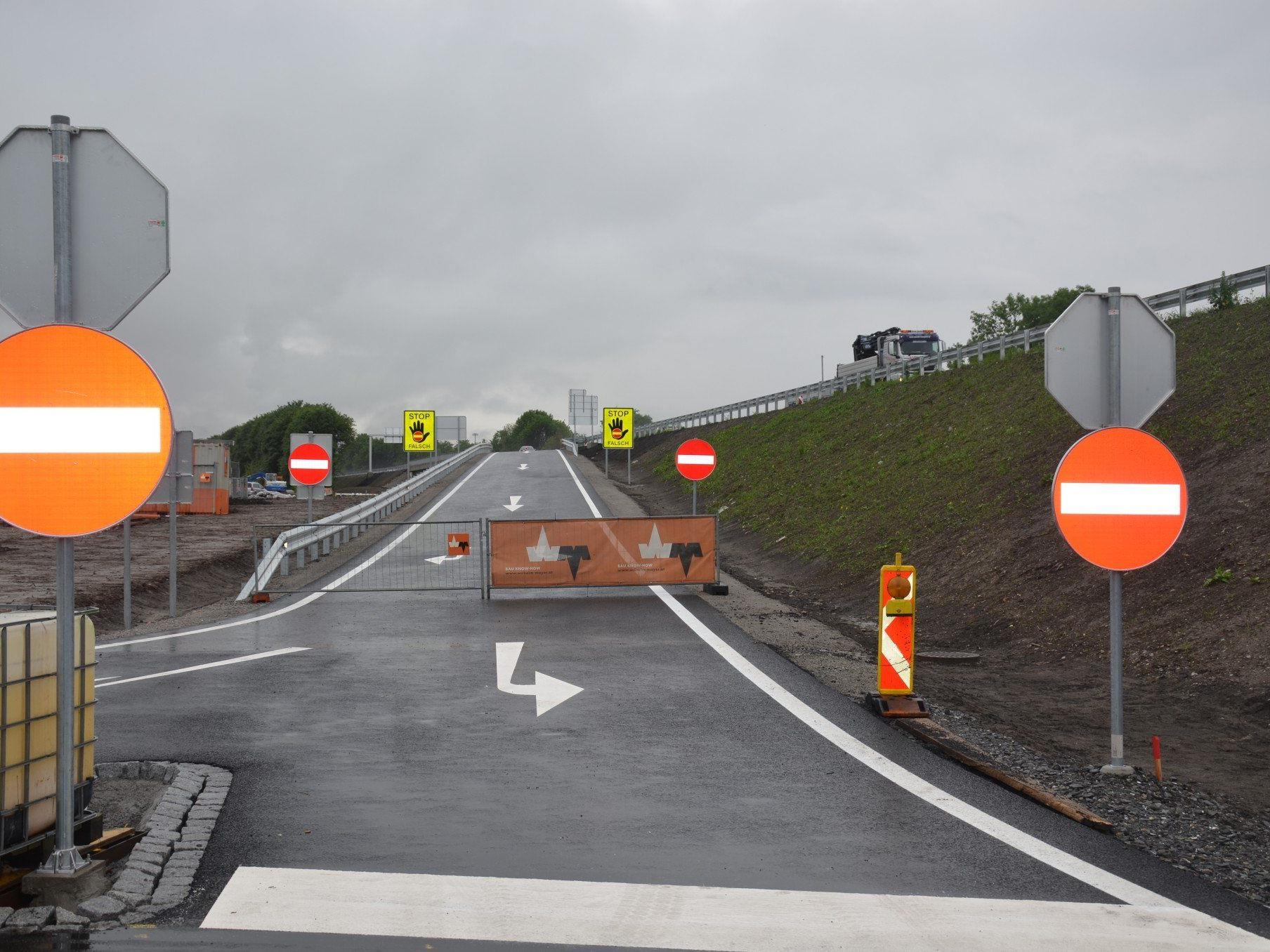 Bis Montag sollen die Restarbeiten abgeschlossen und die Anschlussstelle für den Verkehr freigegeben werden.
