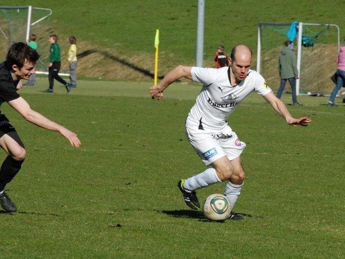 Mathias Mayer (Bild rechts) stürmt ab kommender Saison nicht mehr für den FC Brauerei Egg
