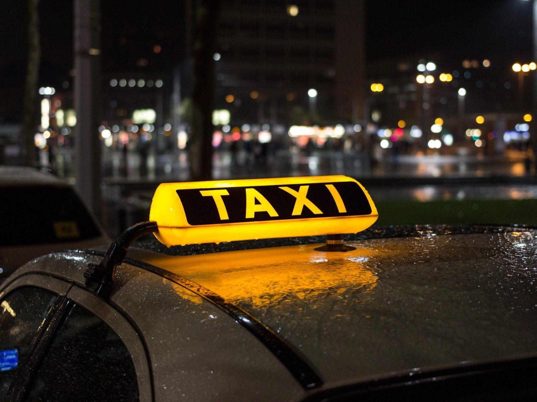 Taxifahrer wirft beklagtem Taxiunternehmer im Arbeitsprozess zu geringe Bezahlung vor.