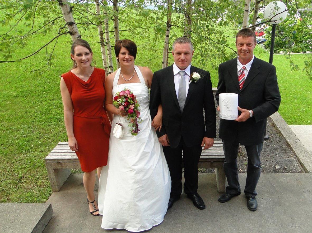 Judith Huber und Günther Vögel freuen sich mit dem Brautpaar Beate Klien und Gebhard Giselbrecht.