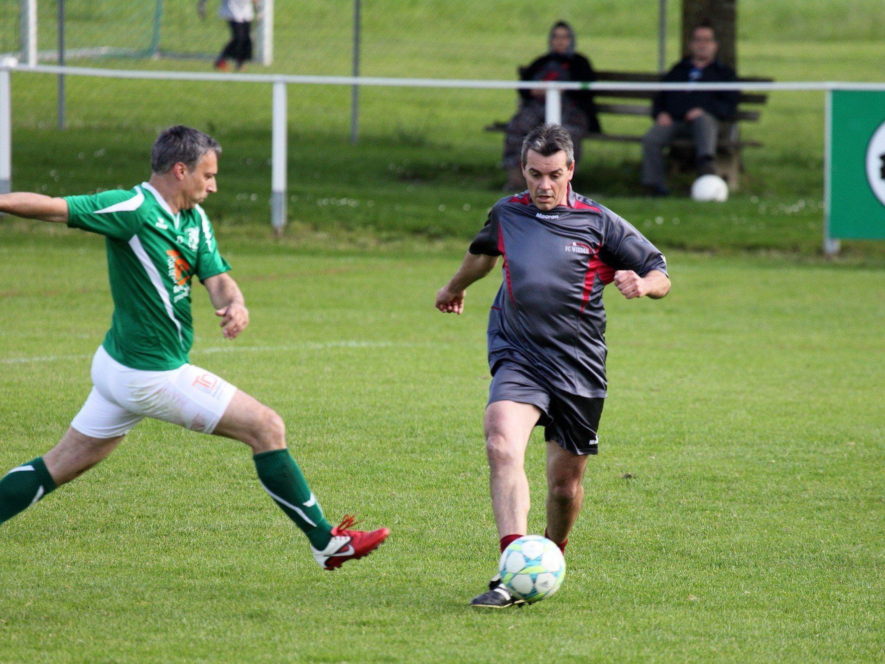 Von wegen gemächlicher Altherren-Fußball - hier wurde um jeden Ball gekämpft.