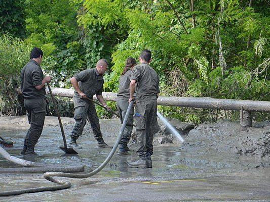 Soldaten des Bundesheeres bei Aufräumarbeiten im Raum Hainburg (Niederösterreich)