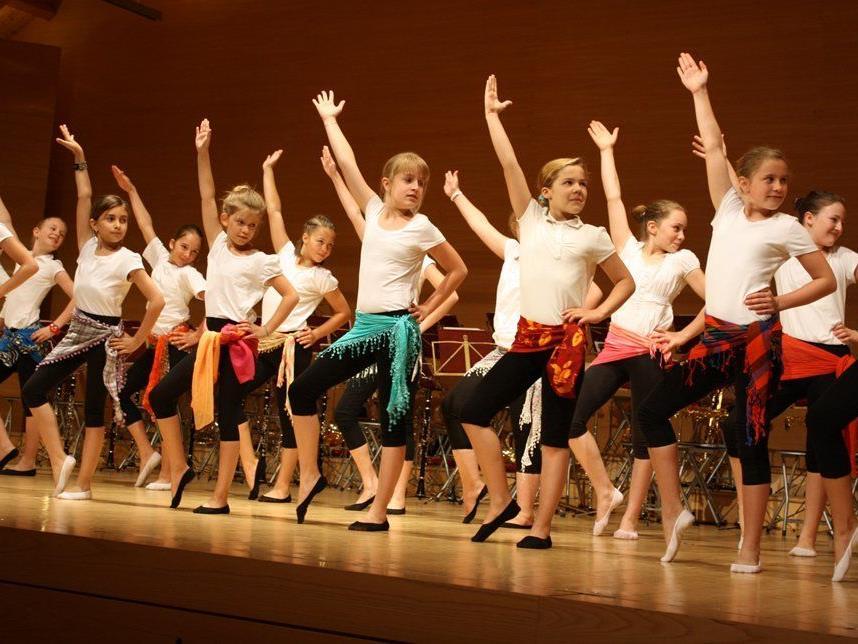 Schwungvolle Tanzeinlage der jüngsten Musikhauptschülerinnen.