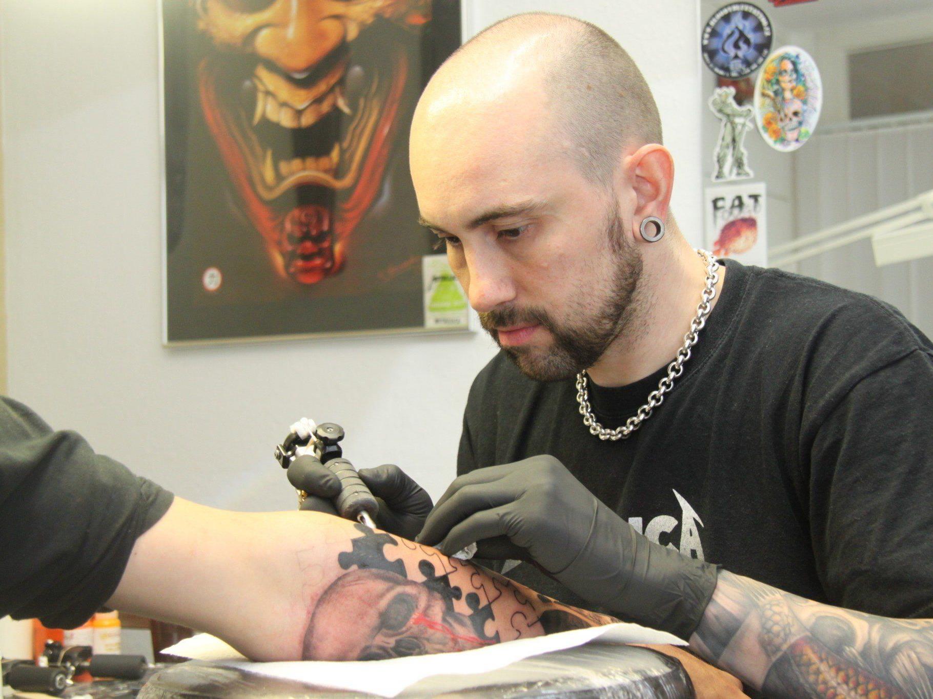 Andy Haller vom Fat Foogo sieht einen Trend zu größeren und farbigeren Tattoos.