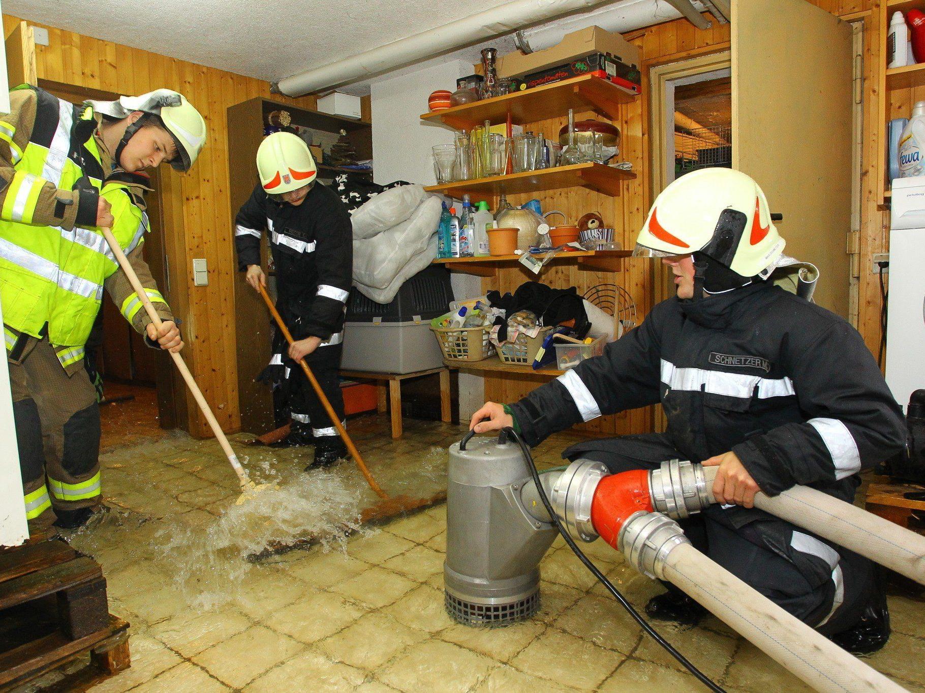 Feuerwehr beim Auspumpen eines Kellers in Gais.