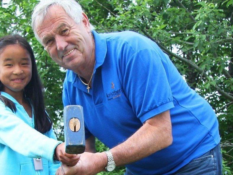 Altbürgermeister Willi Säly zeigte den jungen Club-Fans wie aus Rohlingen tolle Münzen werden.