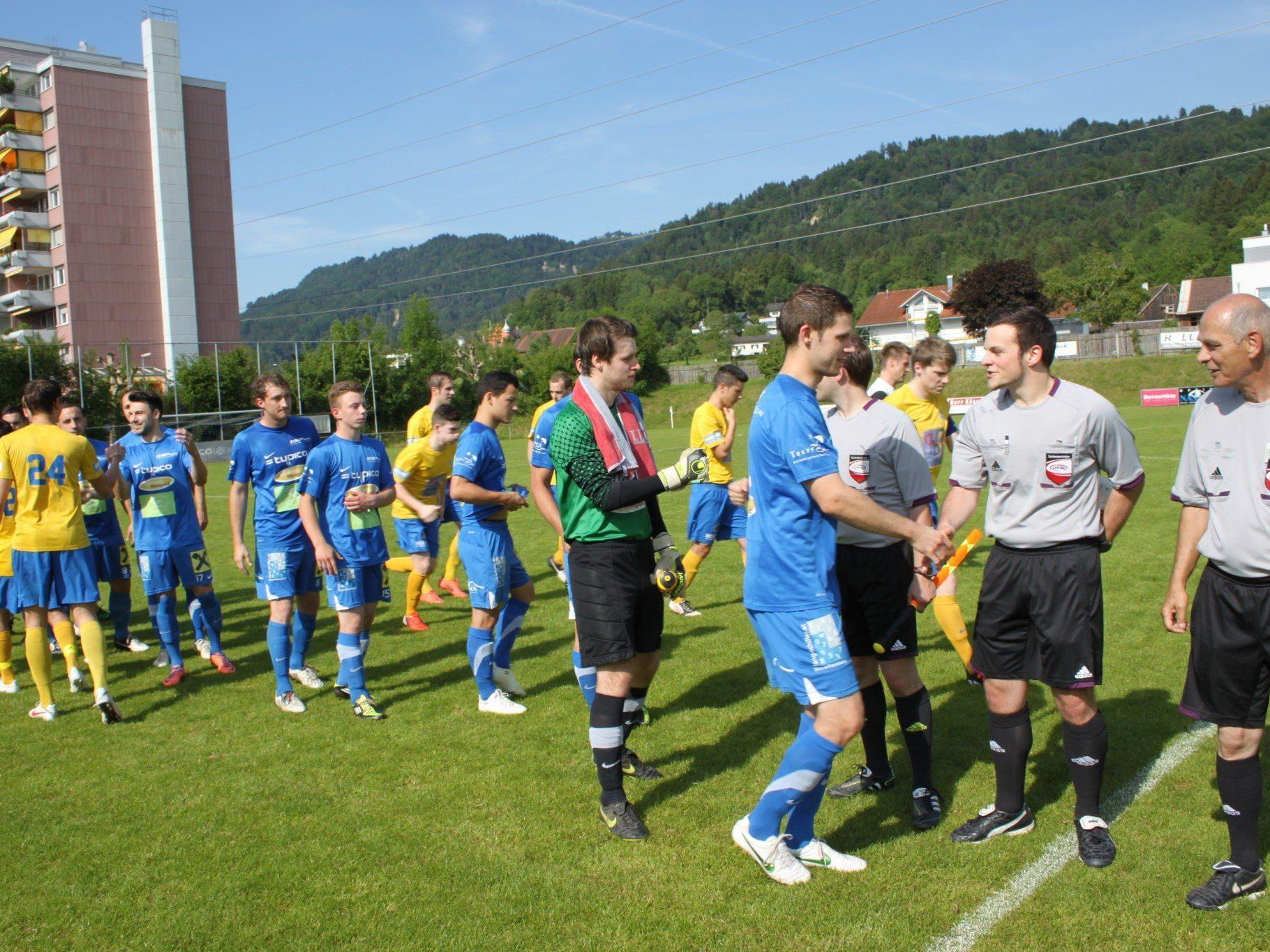 Bei Spielbeginn war die Welt zwischen dem SV Typico Lochau und Schiedsrichter Baumann noch in bester Ordnung.