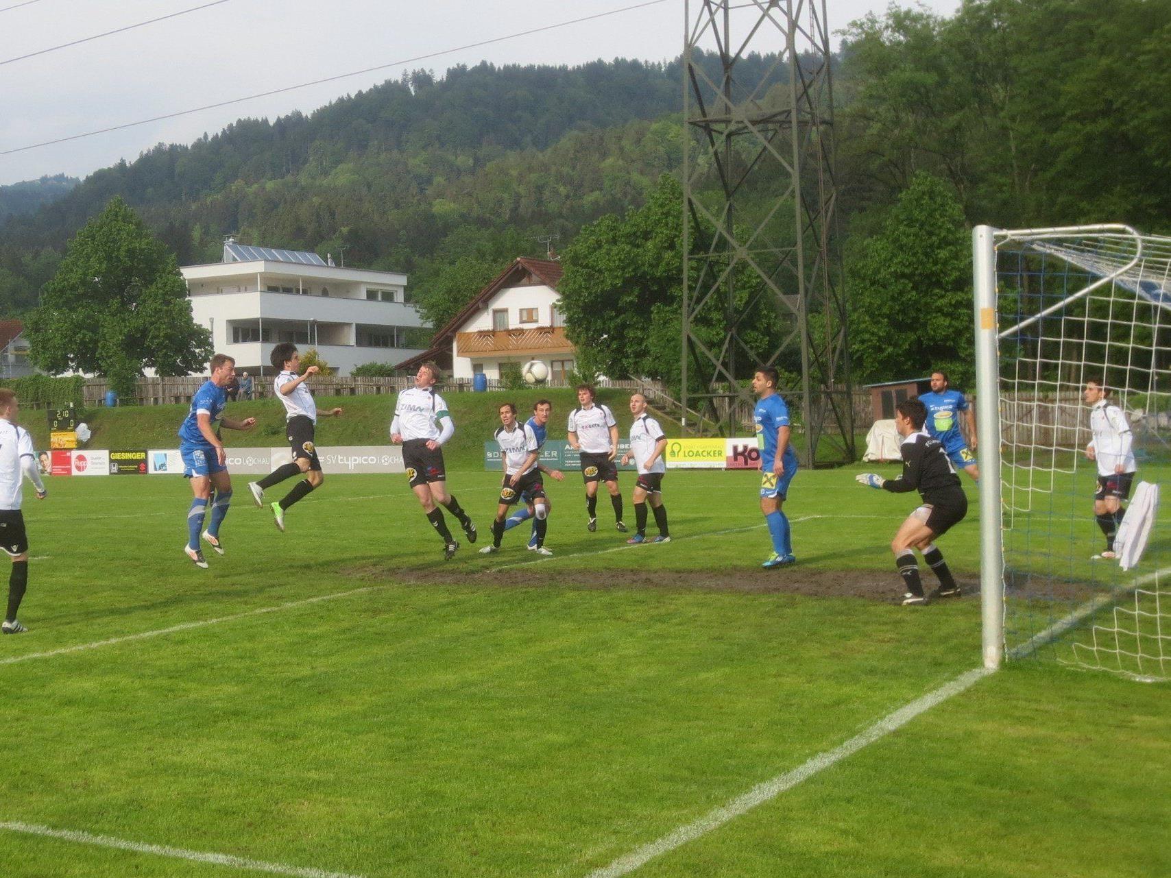 Nach der 1:0 Führung durch Johannes Grissmann (links) im Heimspiel gegen Langenegg war das Lochauer Team noch voll auf Aufstiegskurs.