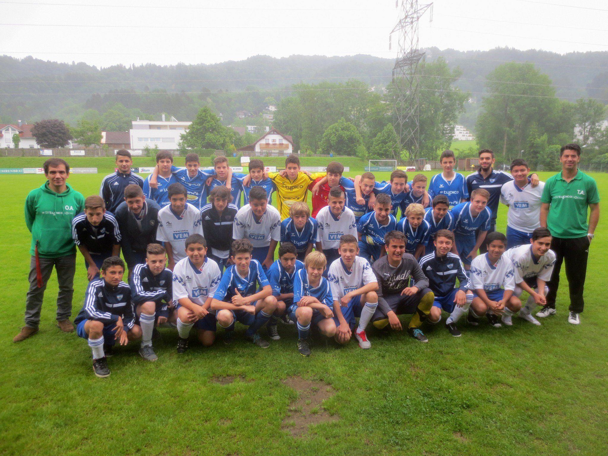 Nach dem Frühstück stellten sich die beiden Teams, SV Typico Lochau und FC Götzis, noch zu einem gemeinsamen Foto vor die Kamera.
