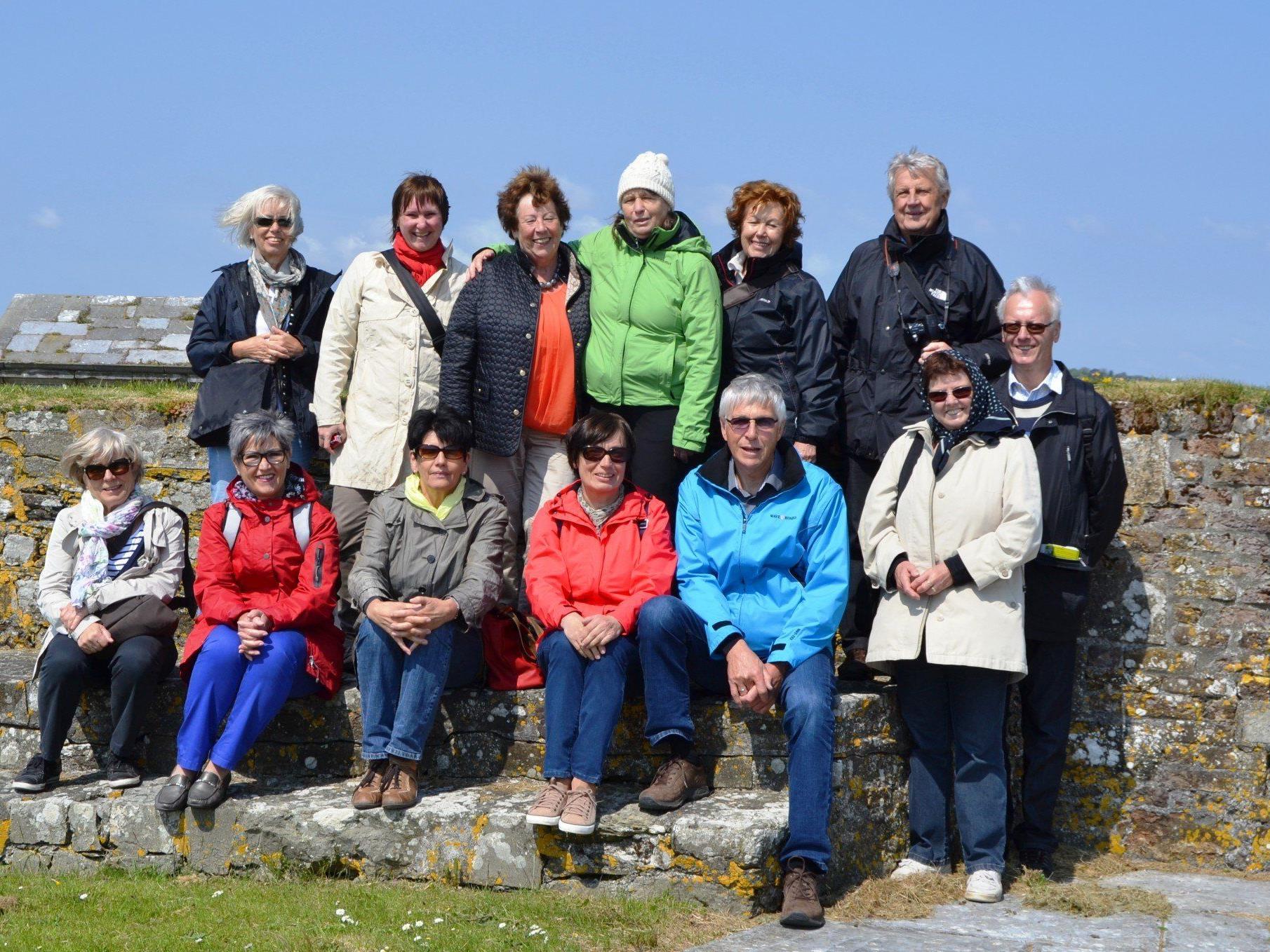 Die Teilnehmerinnen des Lochauer Englischkurses der VHS Bregenz mit der Kursleiterin Gertraud Albrecht auf Irlandreise.