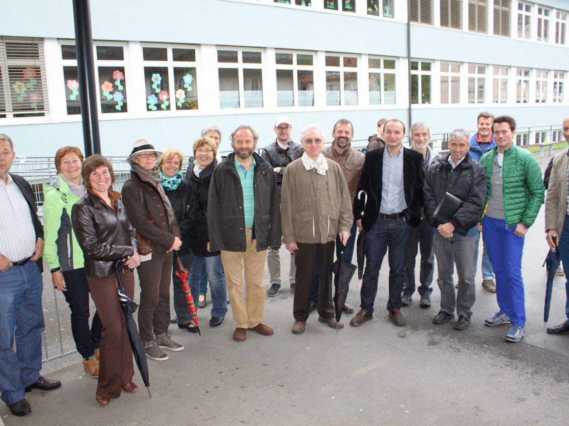 """Zahlreiche interessierte Bürger ließen sich vor Ort über die """"Solarstrom-Kraftwerke"""" im Lochauer Ortszentrum informieren."""