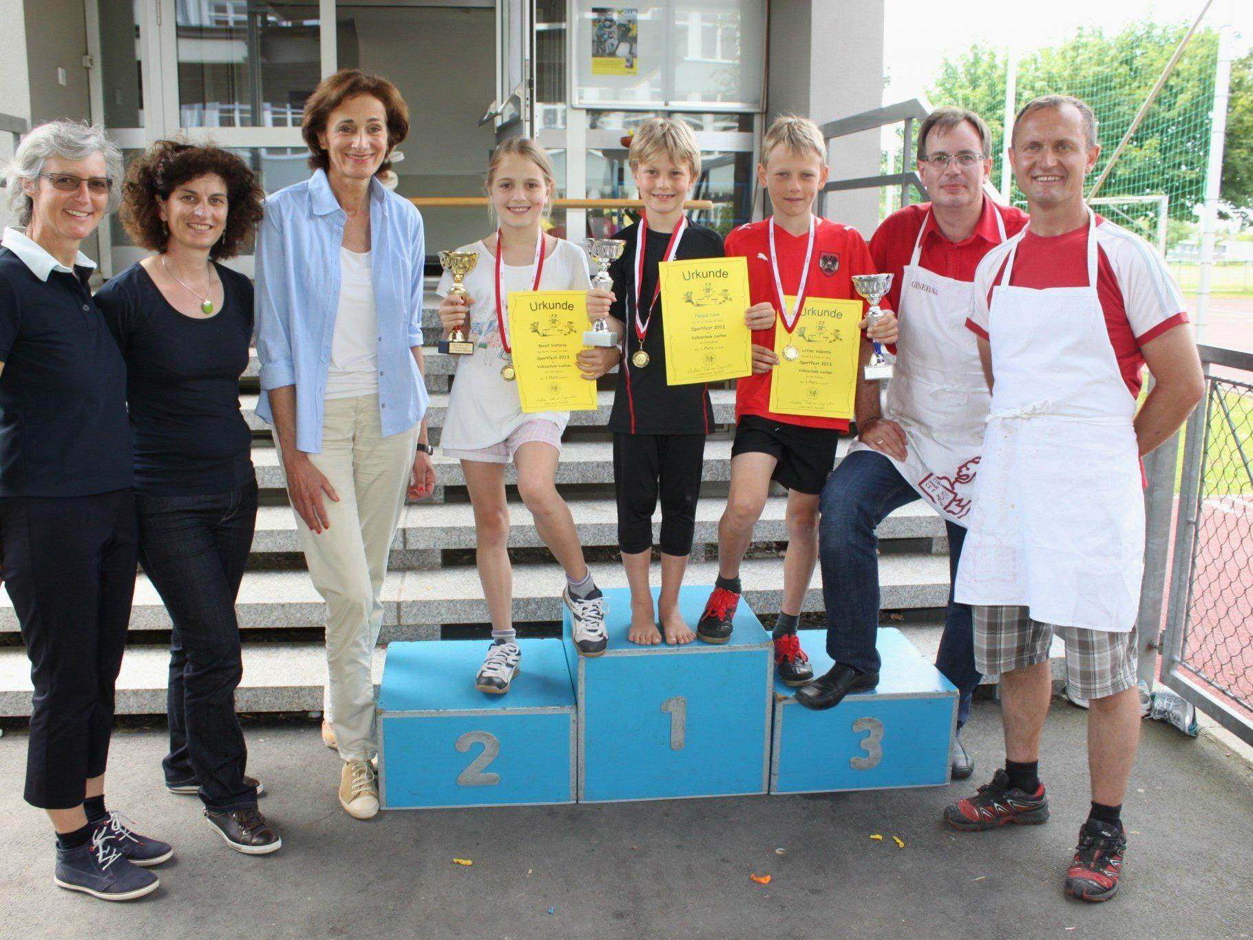 Die Schulsieger mit Dir. Andrea Rüdisser-Sagmeister, Andrea Renn (Organisation), Schullandesrätin Bernadette Mennel sowie Andreas Freis und Franz Rädler vom Elternverein.