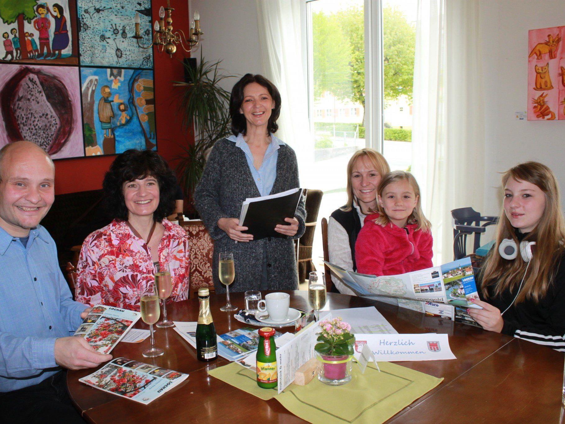 """Ingrid Hörburger erwartet die neu zugezogenen Bürgerinnen und Bürger der Gemeinde Lochau beim monatlichen """"Willkommenstreff"""" mit vielen Informationen."""