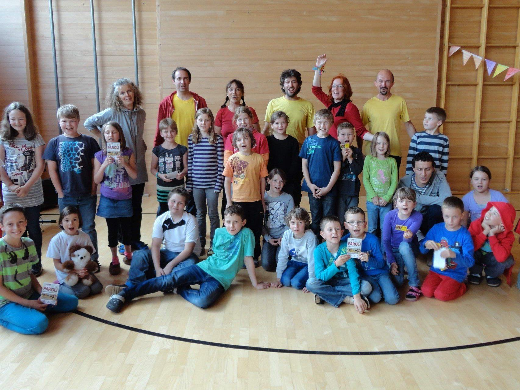 Ein Teil der Volksschulkinder Doren mit Lehrerin Doris Rüdisser (hinten links) und Paroli (hinten in gelb und rot).