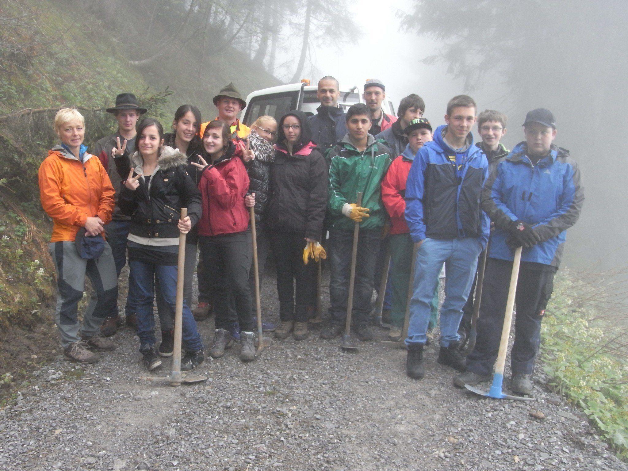 Setzten Forstpflanzen im Bereich Tschöppa und Schandang - die Schüler des HPSZ Montafon.