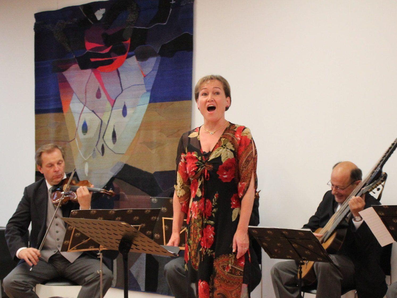 Birgit Plankel mit dem Symphonischen Schrammelquintett.