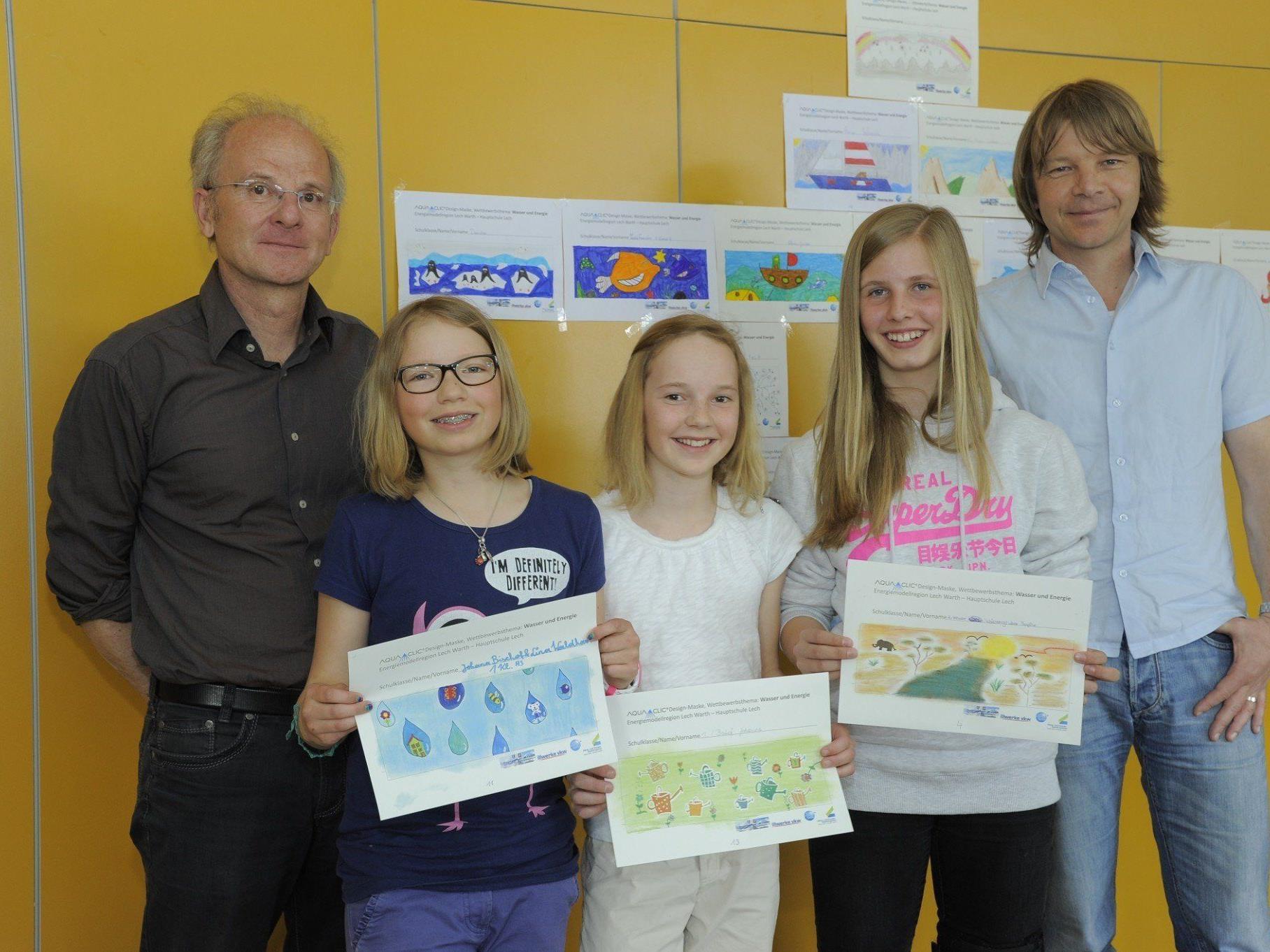 Direktor Werner Dietrich mit den Siegerinnen.
