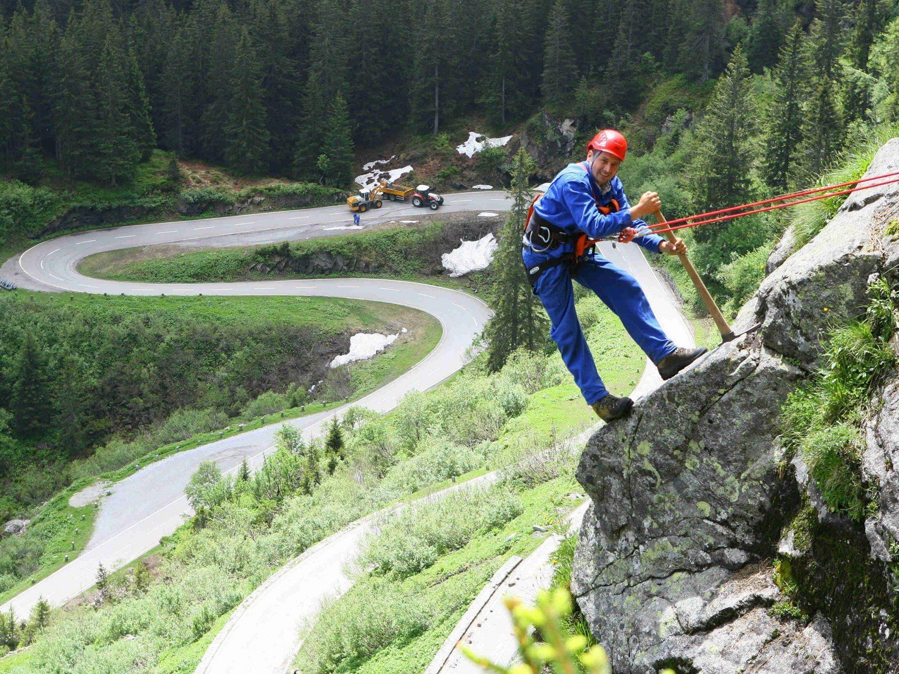 Die Silvretta Hochalpenstraße erfordert jedes Frühjahr umfassende Räumungs- und Sicherungsarbeiten.