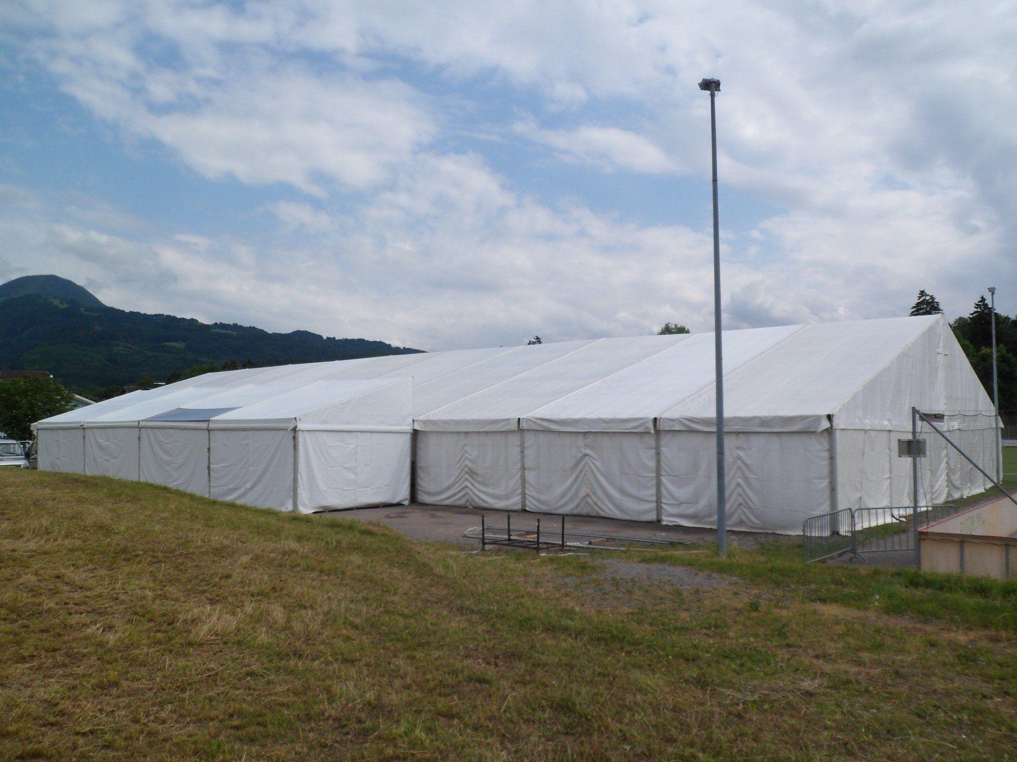 Das Zelt für das Jubiläumsfest steht