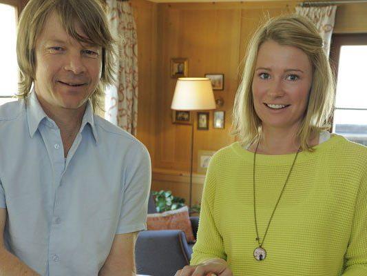 Helmut Burtscher und Gastgeberin Maria Muxel tauschten im Hotel Aurora sämtliche Lampen aus.